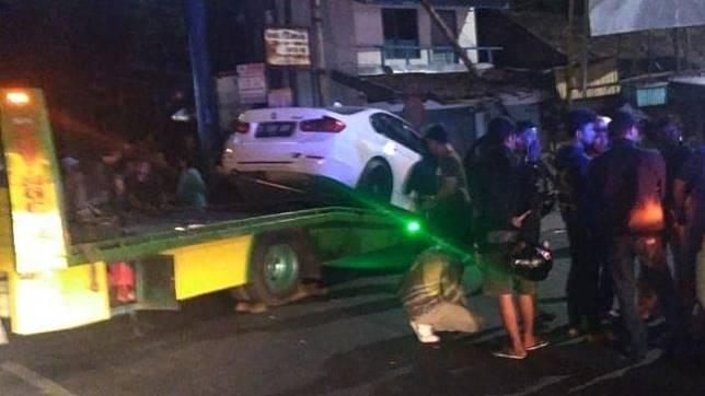Remaja 18 tahun kemudikan mobil sedan BMW kemudian tabrak tiang listrik di Jalan Ahmad Yani , Kota Bandug, Rabu (18/9/2019) dini hari.