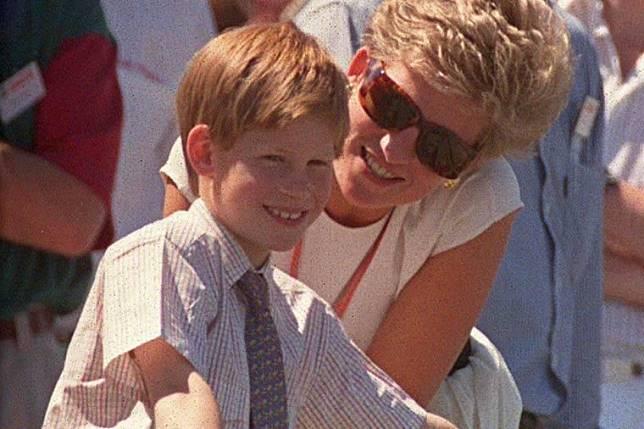 Bikin Baper, Ini Foto-foto Kebersamaan Pangeran Harry dengan Putri Diana