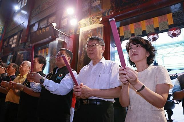 台北市長柯文哲參拜正統鹿耳門聖母廟。