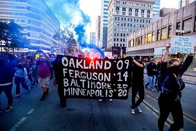 Aksi demonstrasi memprotes kematian George Floyd oleh polisi di Oakland, California, Amerika Serikat, Jumat (29/5) malam.