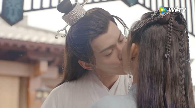 0408 徐正溪、王玉雯上演啄木鳥之吻。(圖:WeTV提供)