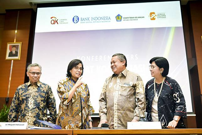 Finance Minister Sri Mulyani (second left) talks with the Financial Services Authority's board of commissioners chairman Wimboh Santoso (left), Bank Indonesia Governor Perry Warjiyo (second right) and Indonesian Deposit Insurance commissioner Destry Damayanti after addressing the media on economic conditions in Jakarta on May 24.