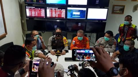 Foto: Haru, Keluarga Penumpang Sriwijaya Air SJ-182 Menunggu di Bandara Supadio (6)