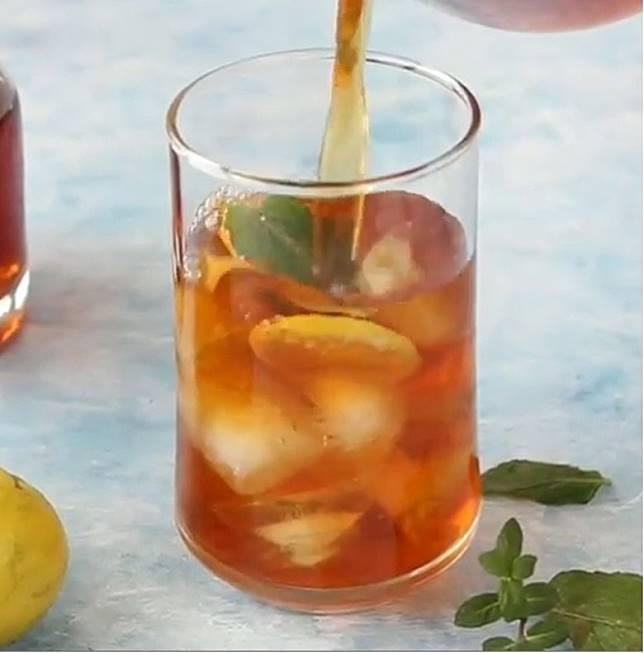 杯內先放冰、薄荷葉和檸檬片,先後再加茶。(互聯網)