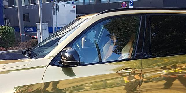 BMW X5 M berlapis emas (Carscoops)
