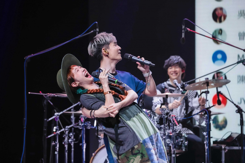 鼓手阿電與 Lulu 接受網友點播合唱〈雪中紅〉,情不自禁突破社交距離。(圖/KKLIVE提供)