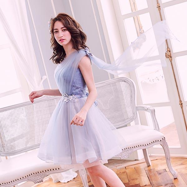 帶有珠光光澤的藍紫色加上可愛的桃心領和典雅的單肩設計腰間透過細緻的雕花點綴紗裙呈現夢幻的漸層色澤讓你彷彿成為墜入凡間的仙女
