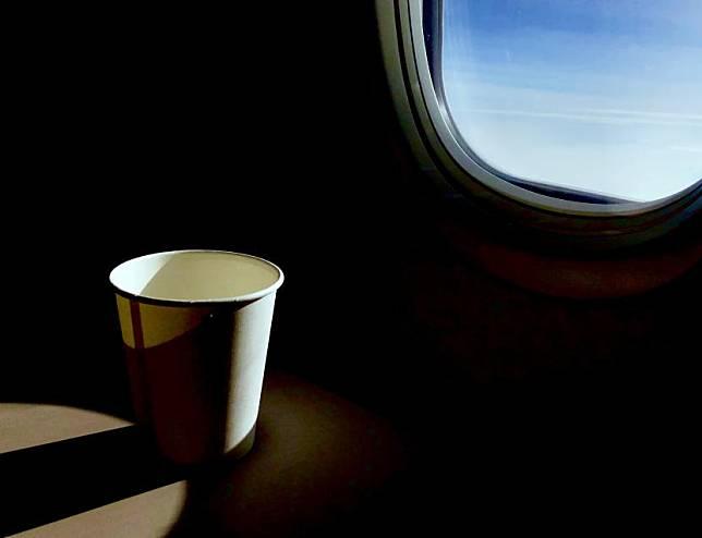 Mantan Pramugari Ungkap Alasan Jangan Pesan Minum di Pesawat