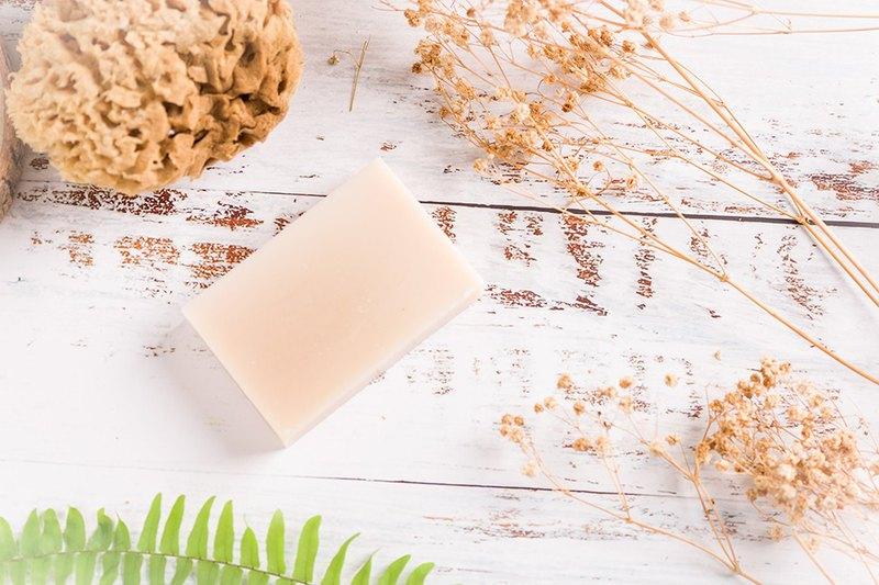 ◆橄欖油、椰子油、棕梠油、乳油木果脂、米糠油、精油。 ◆天然油脂,幫助肌膚留住水分,使膚質呈現自然健康光滑淨白。