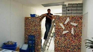 童趣與實用兼具:男子用「80盒樂高、2500歐元」砌出一面「樂高牆」