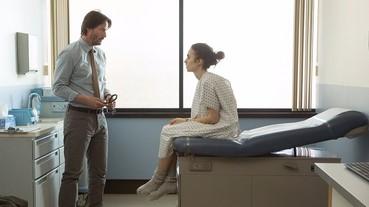 與奇洛李維斯合作的新戲預告曝光!演厭食症患者的 Lily Collins 也太骨感了吧!