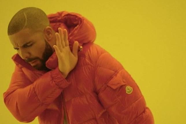 雖然Drake經常着用CANADA GOOSE羽絨服飾,亦多次聯名合作,但經常被人Cap圖惡搞的《Hotline Bling》MV中,佢係着住件MONCLER羽絨褸施展「超凡」舞技。(互聯網)