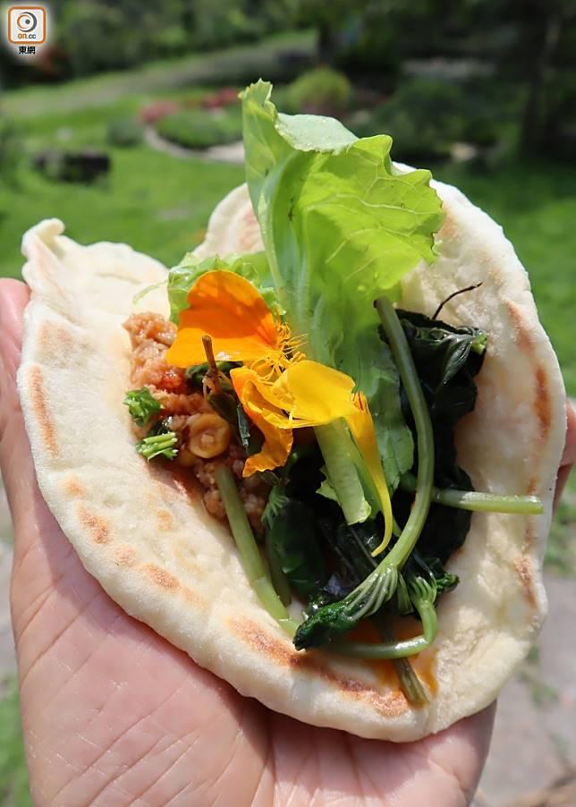 食材包括香草、鮮花等都是新鮮採摘,都是自家或附近種,環保低碳里程。(劉達衡攝)
