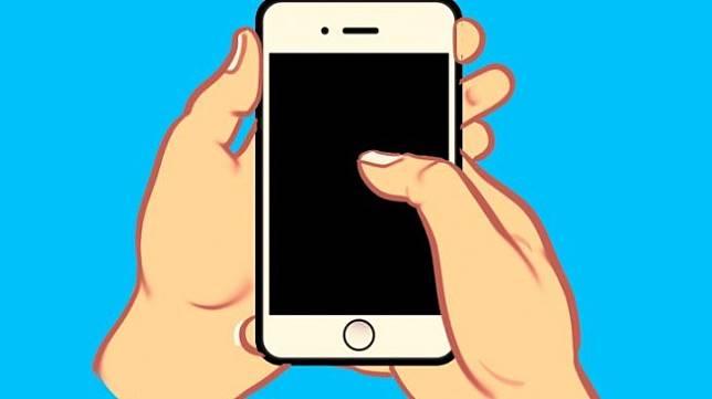 Menggunakan satu tangan untuk memegang ponsel dan ibu jari tangan satunya untuk menyentuh layar. (Bright Side)