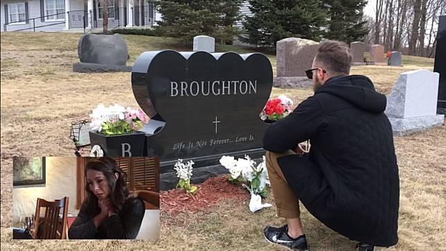 ▲馬修一手拿著攝影機,一手拿著白色花束,單膝跪在一個墓碑前。(圖/翻攝影片)