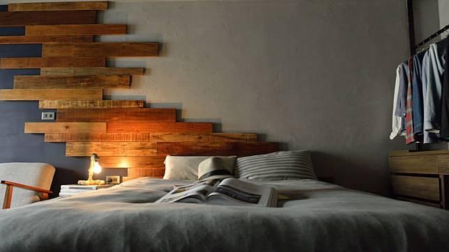 近看不規則堆疊的木板
