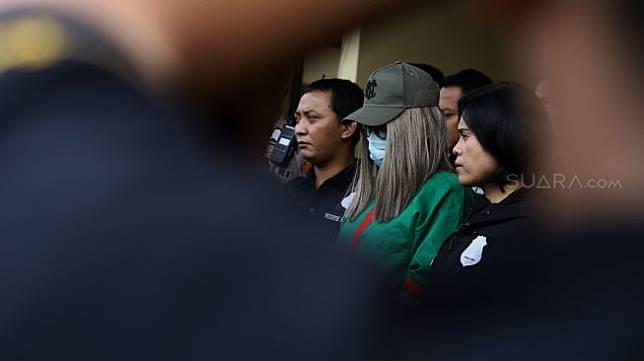 Lucinta Luna (Tengah) dihadirkan sebagai tersangka saat pengungkapan perkara jenis narkotika dan psikotropika di Polres Metro Jakarta Barat, Rabu (12/2).[Suara.com/Angga Budhiyanto]