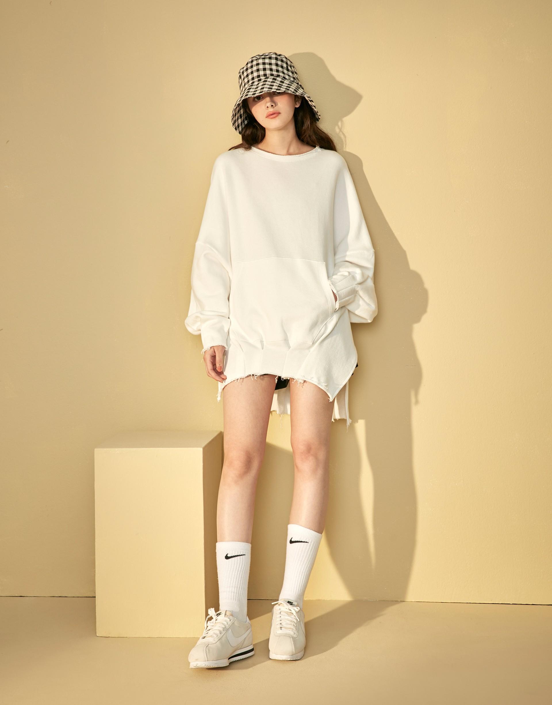 台灣製造/PAZZO自訂開發粗針厚絨布料/袖口領口及下擺做不收邊設計/前有一個大口袋/大落肩寬鬆款式