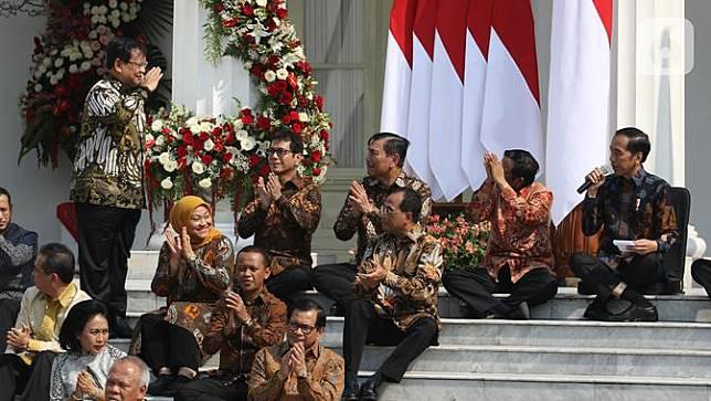 Sambil Lesehan, Jokowi Kenalkan Menteri Kabinet Indonesia Maju