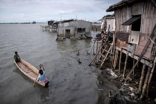 หลายเมืองริมฝั่งมหาสมุทรทางตอนเหนือของฟิลิปินส์ ประสบภาวะน้ำทะเลท่วมท้นฝั่ง เกิดภาวะน้ำกร่อย Noel CELIS / AFP