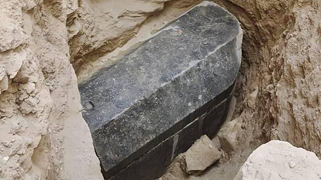 Sarkofagus Hitam Misterius Berukuran Jumbo Ditemukan di Mesir