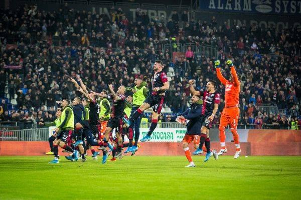 Para pemain Cagliari merayakan kemenangan mereka atas Sampdoria di laga lanjutan Serie A.