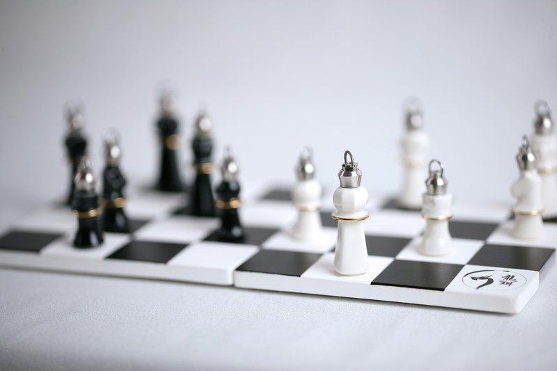 陶瓷燒製西洋棋香精瓶 白糖國與黑炭國彼此發出停戰協議,所以盛大舉辦了皇家舞會,邀請各方好友一起來參加舞會。 有六種款式 國王 皇后 主教 騎士 城堡 士兵