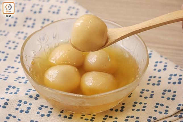 元宵節又有中國情人節之稱,傳統習俗在這一天會賞花燈、猜燈謎和食湯圓。(資料圖片)