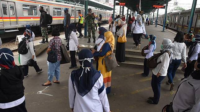 Anggota TNI memberikan imbauan pendisiplinan protokol kesehatan pencegahan COVID-19 kepada penumpang KRL menjelang pemberlakuan aturan new normal, di Stasiun Manggarai, Jakarta, Kamis, 28 Mei 2020. ANTARA/Indrianto Eko Suwarso