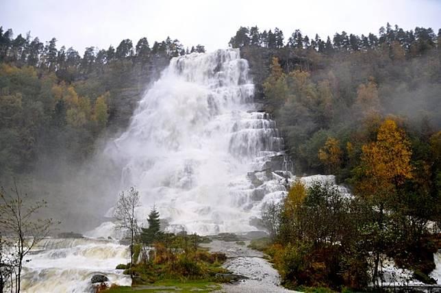 挪威的禾斯石階瀑布,流水沿階梯形山坡滾滾而下,壯觀不已。(互聯網)
