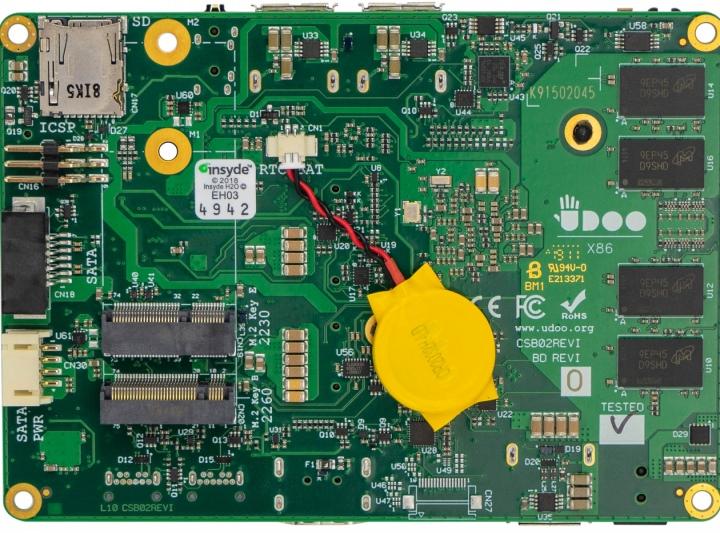 機身背面有M.2 Key B、M.2 Key E等擴充插槽。