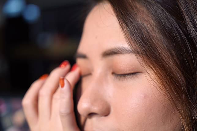 首先用右上角的膏狀眼影打底,在上眼皮用手指推開。