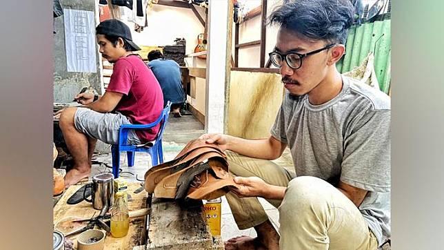 Nurman Farierka (kanan), pengusaha sepatu kulit ceker ayam asal Kota Bandung, Jawa Barat. Perusahaan Hirka yang didirikannya sejak 2015 memproduksi dua jenis sepatu, Jokka dan Tafiaro. Foto: Istimewa