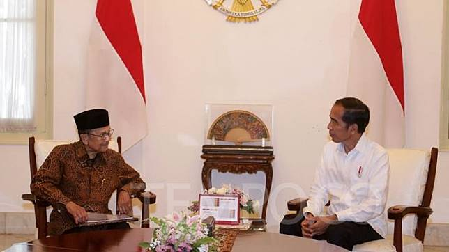 President Joko Widodo chats with B.J. Habibie at the Merdeka Palace in Jakarta, Thursday, May 24, 2019. TEMPO/Subekti