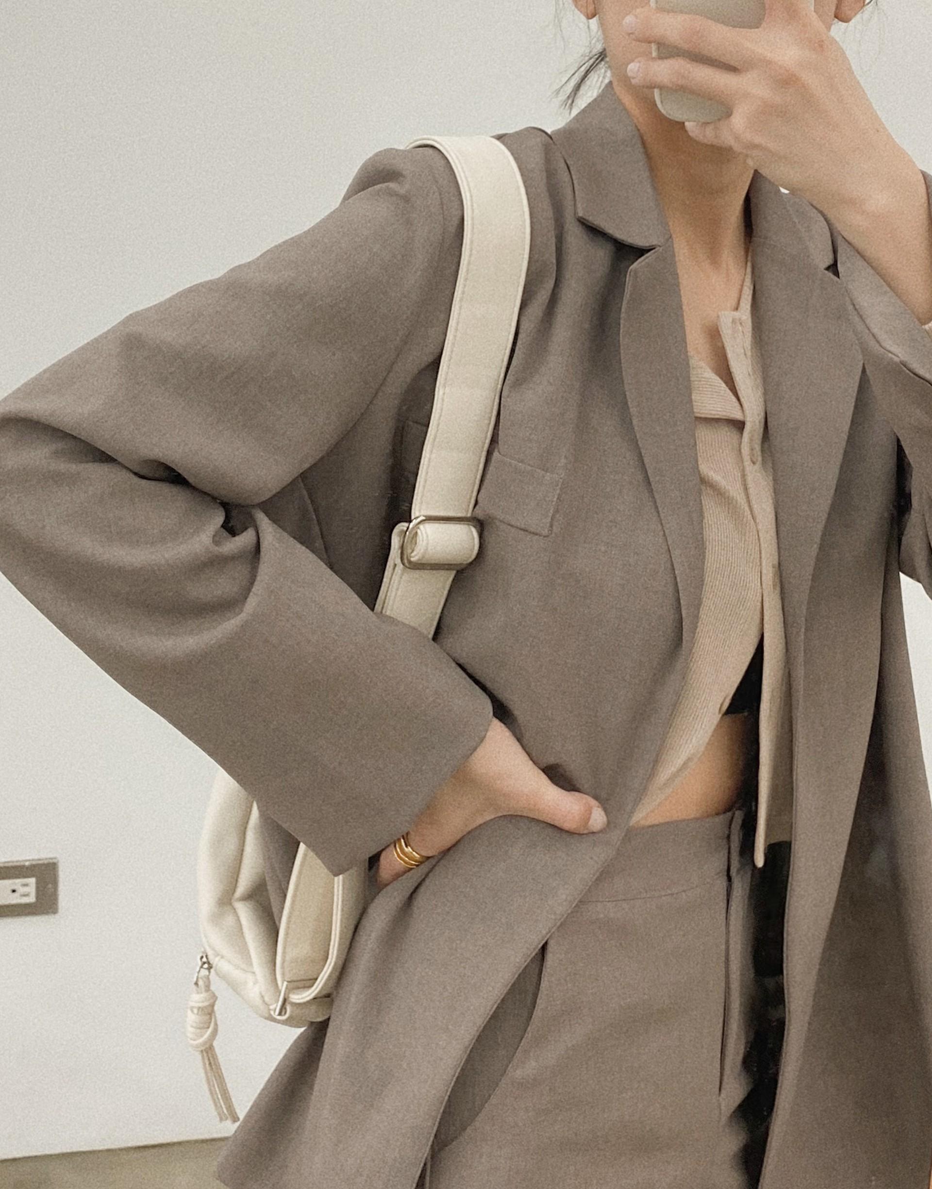 MIT精選西裝面料/質感百搭/無口袋/後中下擺開岔造型/有薄墊肩/半截內裡透氣舒適/附一條本布腰帶