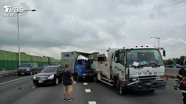 萬安演習結束後才7分鐘,國道二號西向車道發生3車追撞的車禍意外。(圖/TVBS)