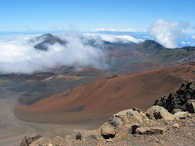 毛依島有好多休眠火山,遊人不妨到毛衣島欣賞一下壯闊風景。(互聯網)