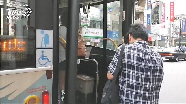 網友討論台北公車新舊制哪個比較好 (圖/TVBS)