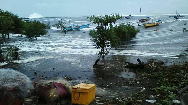 Gelombang pasang tinggi yang terjadi di Indonesia. [Dokumen BNPB]