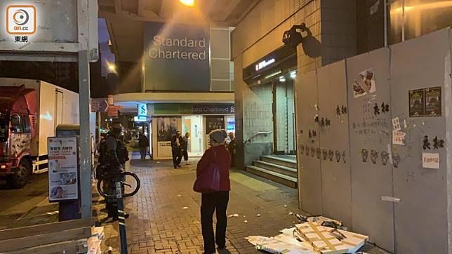 有防暴警察在灣仔港鐵站外駐守。(高詩敏攝)