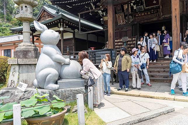 殿前擺放了兩個雕像,據說摸一摸兔子可以實現願望。
