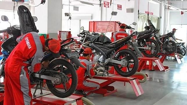 Ilustrasi servis motor di bengkel resmi Yamaha