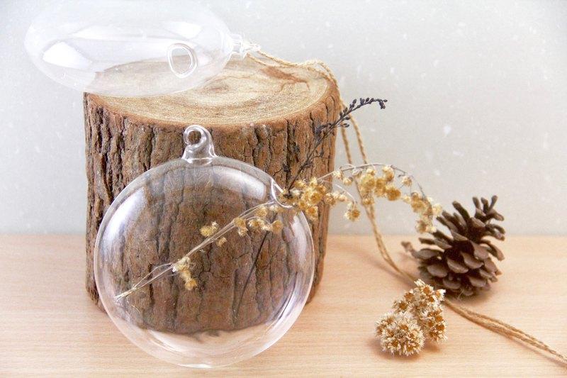 把小花或是乾燥花放進玻璃花瓶,吊在聖誕樹上、抑或是吊掛在室內隨風搖曳,看著水波蕩漾,真是令人放鬆的時刻啊