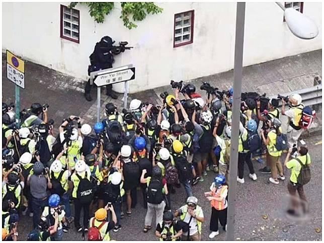 央視新聞以此照片批評部分港媒只針對警察。央視新聞