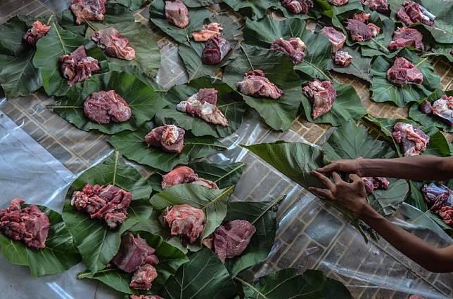 Santri Laskar Pelangi membungkus daging kurban menggunakan daun kayu jati di Yayasan PesantreneurshiPAY, Kampung Zaenal, Manonjaya, Kabupaten Tasikmalaya, Jawa Barat.