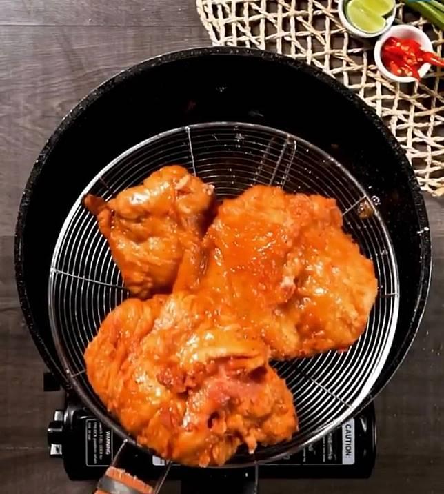 豬頸肉放入滾油中炸至全熟及兩面金黃色。(互聯網)