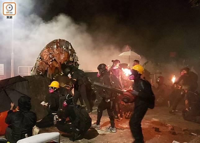 示威者晚上在中大校園築起防線。(朱先儒攝)