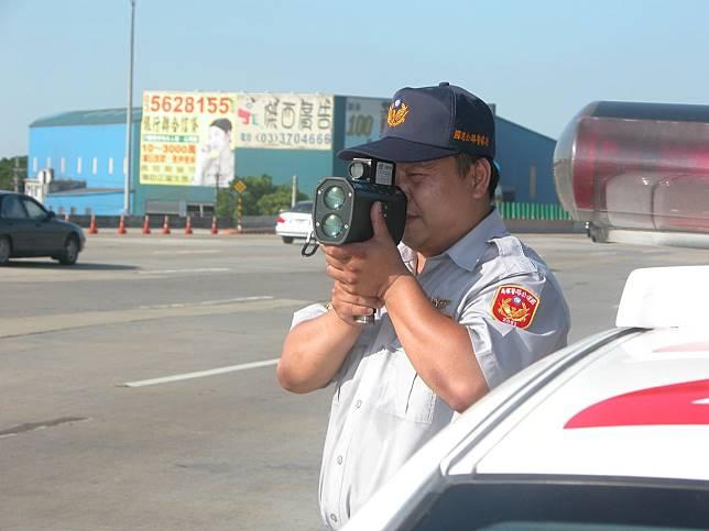 國道員警會在避車彎坐在車內或靠在車旁使用雷射槍測速,揪出龜速車。圖/聯合報系資料照片
