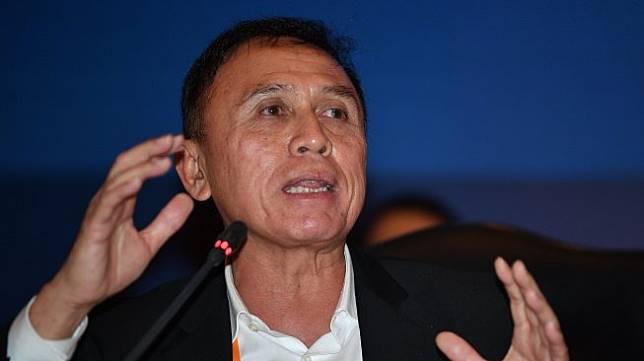 Ketua Umum PSSI terpilih Mochamad Iriawan menyampaikan konferensi pers usai Kongres Luar Biasa (KLB) PSSI di Jakarta, Sabtu (2/11/2019). Pria yang akrab disapa Iwan Bule itu terpilih menjadi ketua umum PSSI untuk periode 2019-2023 setelah meraih 82 suara dari 85 pemilik suara (voter). ANTARA FOTO/Sigid Kurniawan