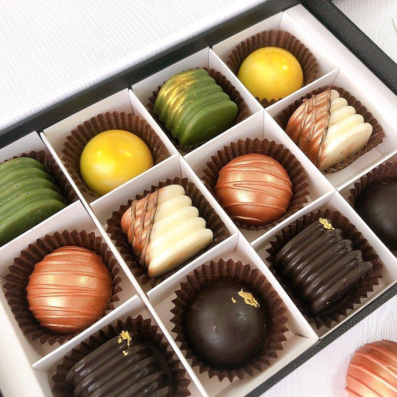 情人節限定酒香巧克力禮盒 巧克力與香濃美酒滿溢於口中~ 讓你與情人細細品味每一顆的層次? 搭配粉紅巧克力玫瑰為2/14限定組合 視覺味覺雙重享受! 優惠價只到2/14喔!